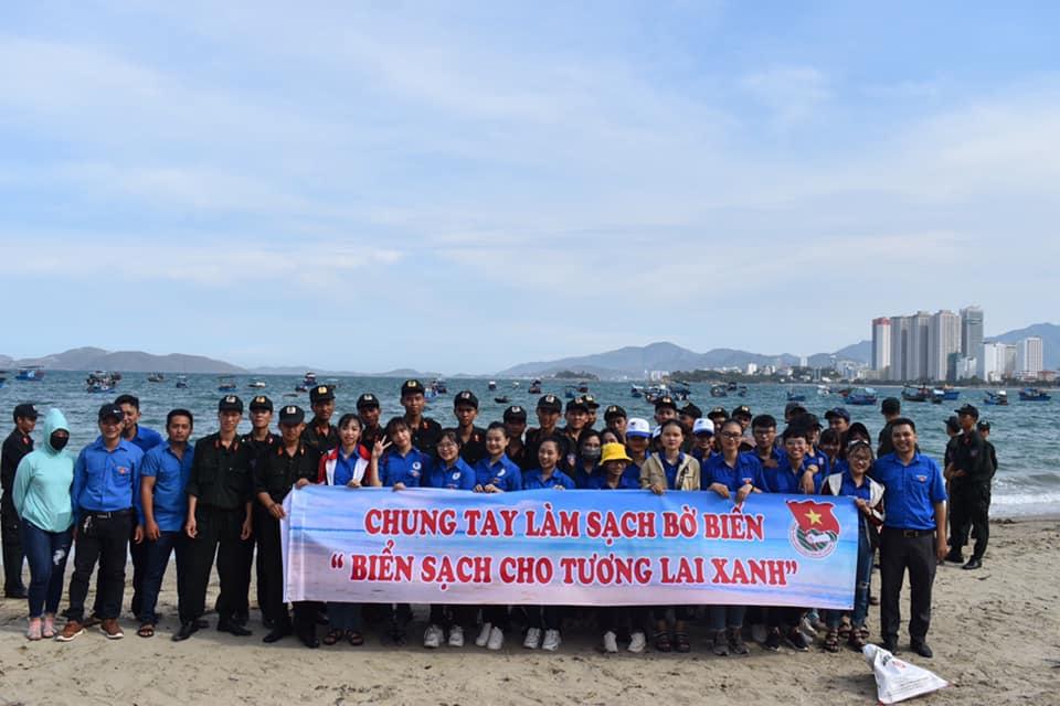 Đoàn Trường ĐH Thái Bình Dương chung tay làm sạch bờ biển Nha Trang