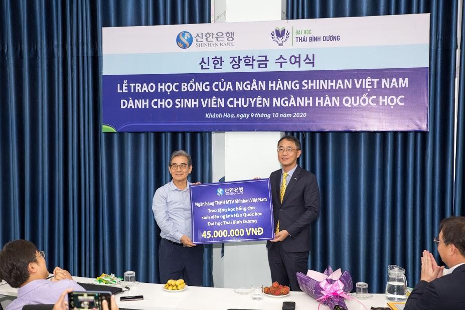 Shinhan Bank tặng học bổng cho sinh viên chuyên ngành Hàn Quốc học ĐH Thái Bình Dương