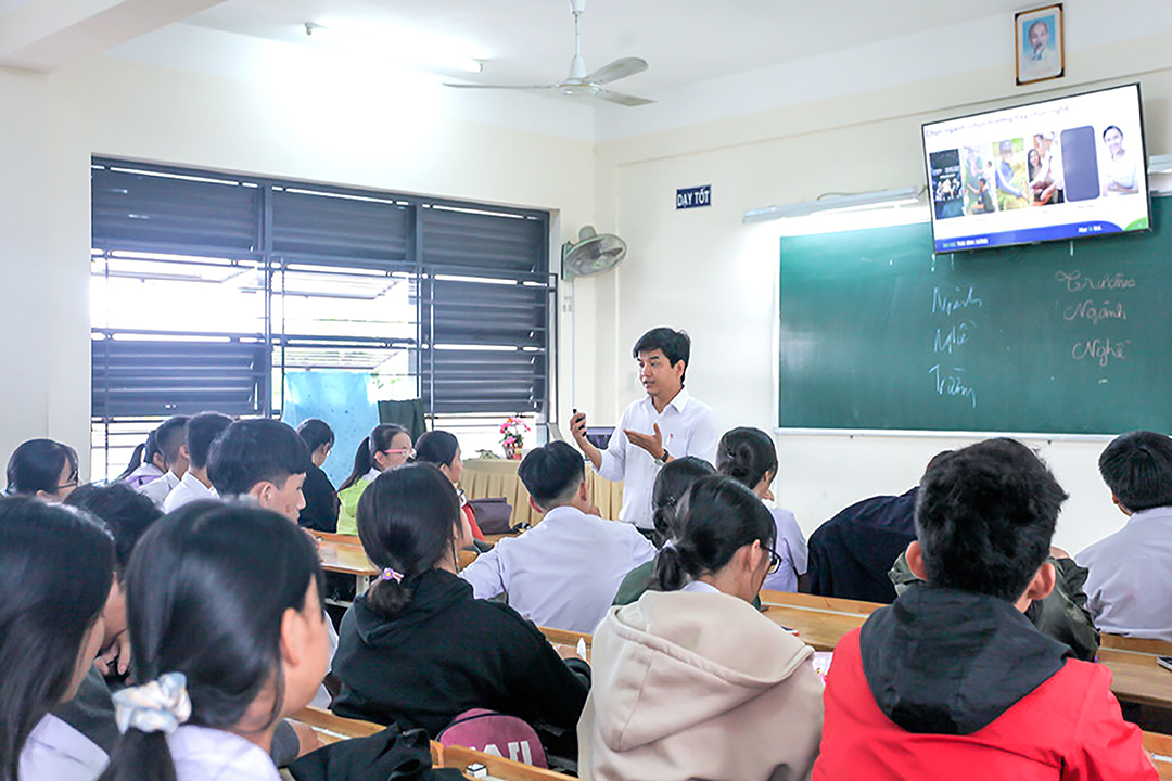 ĐH TBD hướng nghiệp cho 300 học sinh THPT Phạm Văn Đồng