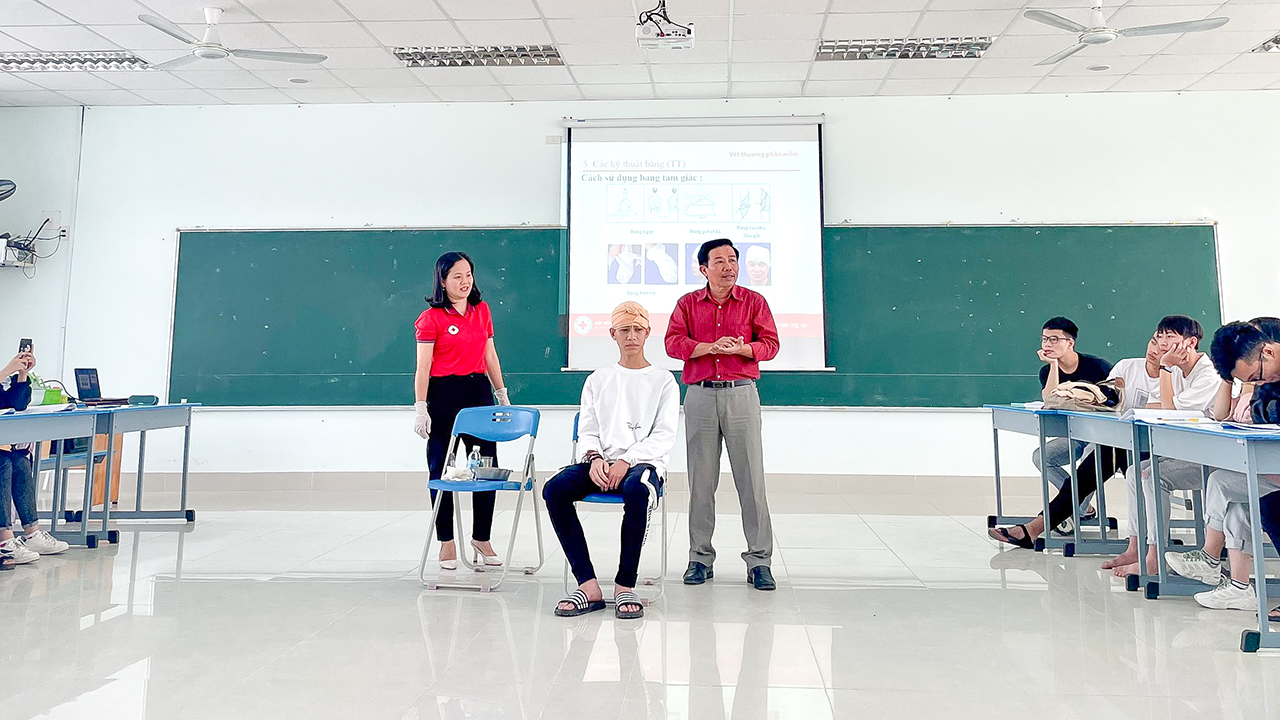 Sinh viên ĐH TBD học thực tế y tế du lịch cùng chuyên gia