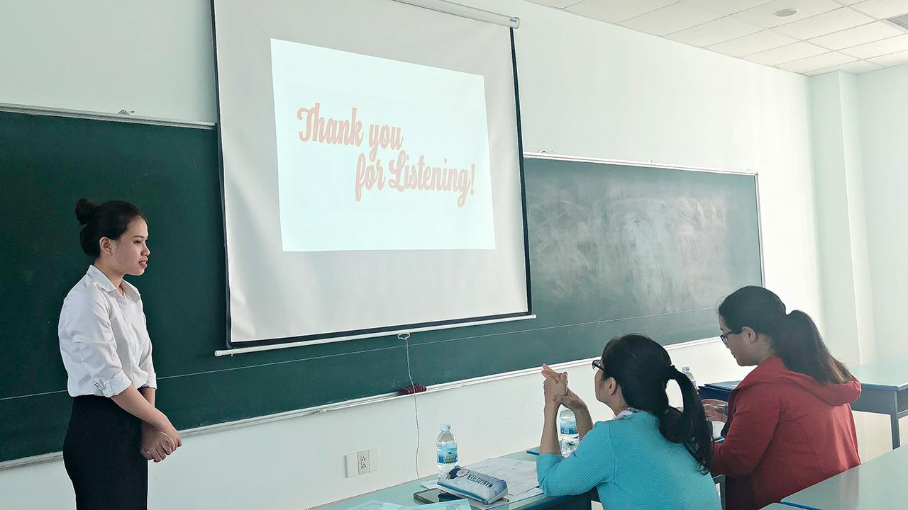 Sinh viên Ngôn ngữ Anh Khóa 2017 bảo vệ thực tập tốt nghiệp