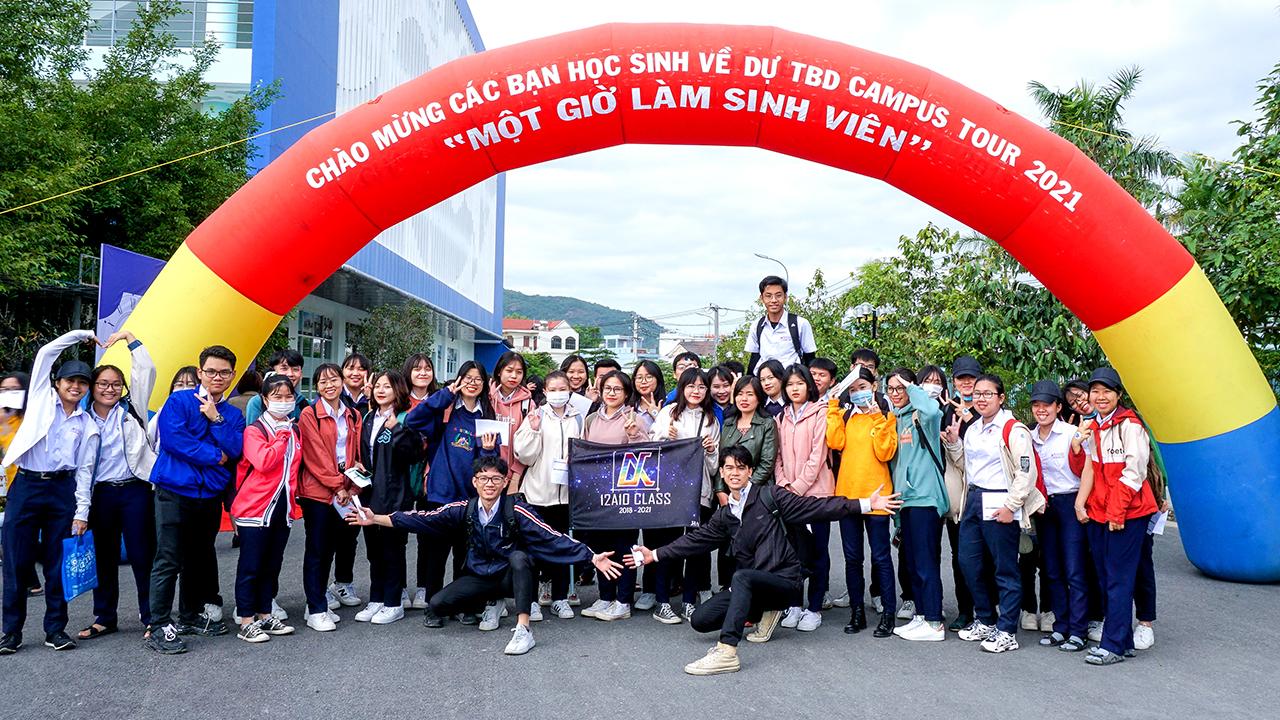 Hơn 200 học sinh trải nghiệm 1 giờ làm sinh viên ĐH TBD