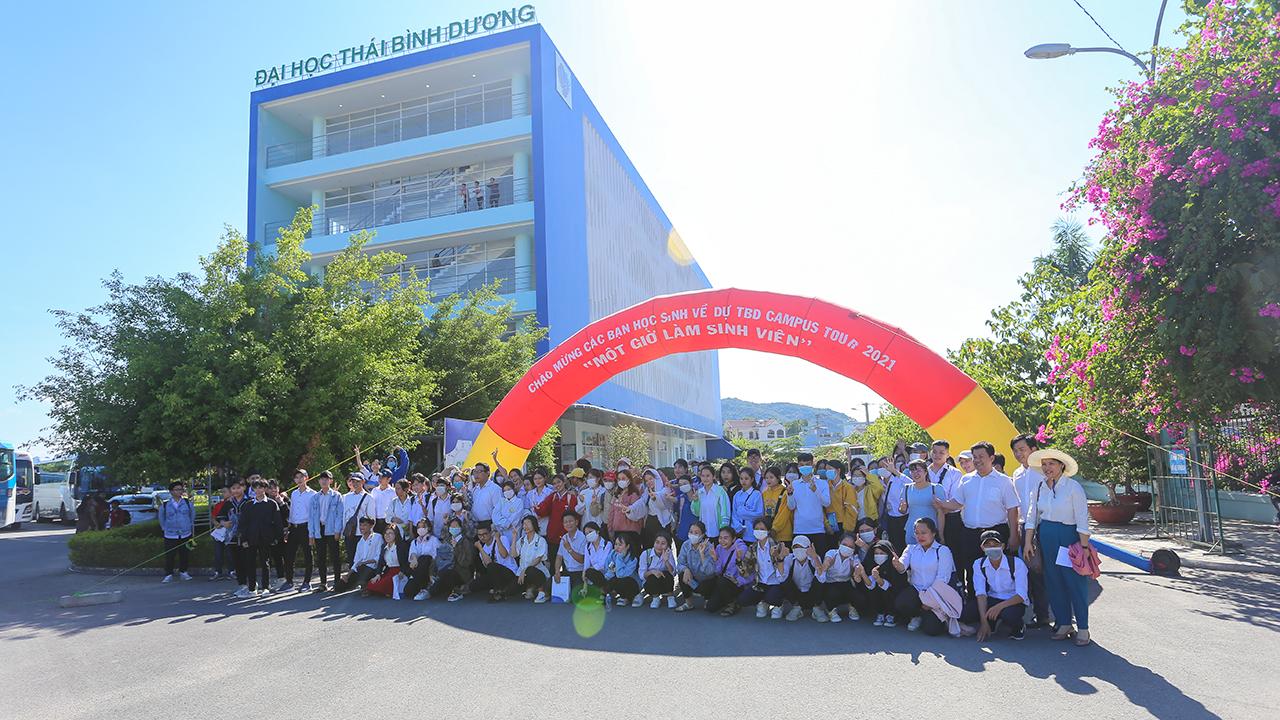 """Hơn 400 học sinh Khánh Hòa và Ninh Thuận trải nghiệm """"một giờ làm sinh viên"""" ĐH TBD"""